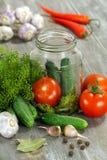Warzywa i pikantność na stole dla konserwowanie obraz royalty free