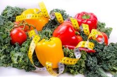 Warzywa i pomiarowa taśma, diety pojęcie Obrazy Royalty Free