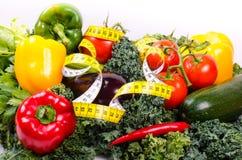 Warzywa i pomiarowa taśma, diety pojęcie Zdjęcie Stock