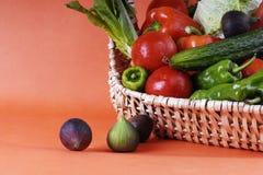 warzywa koszykowy whit Zdjęcia Royalty Free