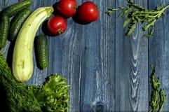 Warzywa na drewnianym biurku Zdjęcia Royalty Free