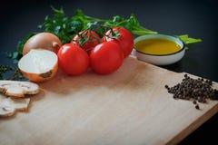 Warzywa na drewnianym tle, Zamykają w górę deskowego kulinarnego drewna jarzynowego Obrazy Royalty Free