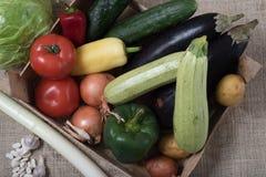 warzywa na jutowym w skrzynce Obrazy Royalty Free