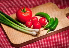 Warzywa na rozcięcie desce Obraz Stock