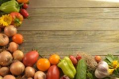 Warzywa na szarym drewnianym tle obrazy stock