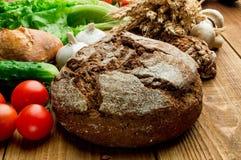 Warzywa, pomidory, jajka, chleb na drewnianym stole zdjęcie stock