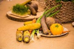 Warzywa słuzyć na stole Obrazy Stock
