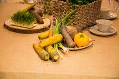 Warzywa słuzyć na stole Zdjęcie Royalty Free