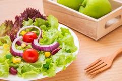 Warzywa sałatkowi na talerzu i zieleni jabłku obrazy stock