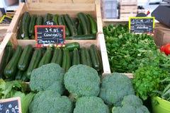 Warzywa sprzedający przy Ulicznym rynkiem w Paryż Ludzie chodzi jedzenie i kupuje Obrazy Royalty Free