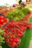 Warzywa sprzedający przy Ulicznym rynkiem w Paryż Ludzie chodzi jedzenie i kupuje Zdjęcia Stock