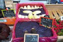 Warzywa sprzedający przy Ulicznym rynkiem w Paryż Ludzie chodzi jedzenie i kupuje Zdjęcia Royalty Free
