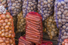 Warzywa w dużych torbach przy jarzynowym ulicznym rynkiem - marchewki, oni Obrazy Royalty Free