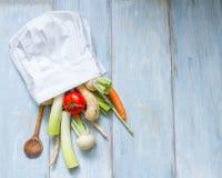 Warzywa w szefa kuchni kapeluszowym kulinarnym karmowym abstrakcie zdjęcie stock
