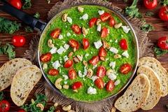 Warzywa Zielony Omelette z pomidorami, kale, grecki ser, oliwki, dokrętki, grzanka na drewnianym tle Pojęcia zdrowy jedzenie Zdjęcie Royalty Free