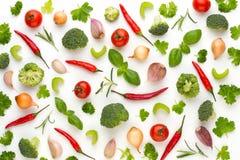Warzywo i pikantność odizolowywający na białym tle, odgórny widok Tapetowy abstrakcjonistyczny skład warzywa zdjęcia stock