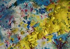 Was blauwe gouden plonsen, vlekken, de creatieve achtergrond van de verfwaterverf Stock Afbeelding