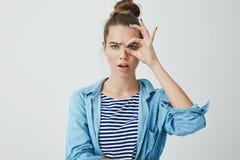 Was Sie nullgeldBankkonto bedeuten Porträt des frustrierten enttäuschten schönen jungen europäischen Haares der Frau 25s lizenzfreies stockbild