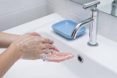 Was van handen met zeep onder lopend water 1 Stock Afbeelding