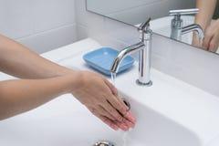 Was van handen met zeep onder lopend water 1 Stock Afbeeldingen