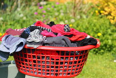 Was of wasserij in een mand stock afbeelding