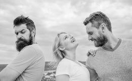 Was zu tun, wenn Sie zurückgewiesen glauben Mädchenstand zwischen zwei Männern Paare und zurückgewiesener Partner Wie man über Au stockfotografie