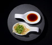 Wasabi och soya som yin och det yang symbolet arkivfoton