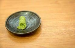 Wasabi traditionell Japan ört i svart platta på den wood tabellen Royaltyfri Bild