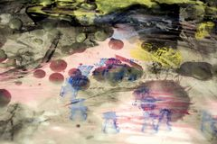 Wasachtige donkere waterverf abstracte achtergrond in levendige tinten stock foto