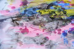 Wasachtige violette waterverf abstracte achtergrond in levendige tinten stock foto