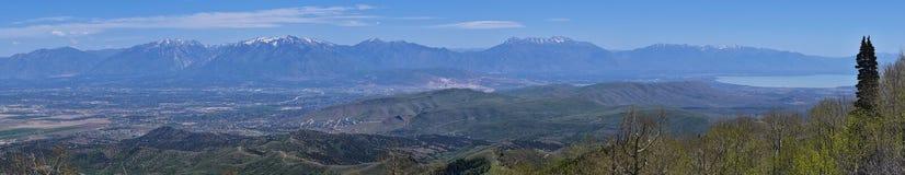 Wasatch前面落矶山全景从Oquirrh山的, Kennecott里约Tinto铜矿、犹他湖和Grea 库存照片