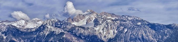 Wasatch前面落矶山脉全景,突出从大盐湖谷的孤立峰顶和雷山在耳朵 免版税库存照片