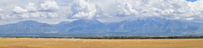 Wasatch前面落矶山,大盐湖谷在早期的春天有熔化的雪的和Cloudscape全景  免版税库存图片
