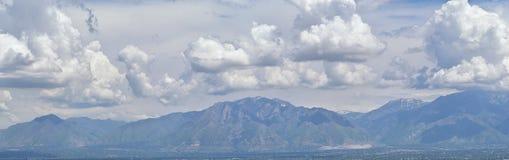 Wasatch前面落矶山,大盐湖谷在早期的春天有熔化的雪的和Cloudscape全景  免版税库存照片