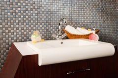 Wasbak in een moderne badkamers royalty-vrije stock afbeelding