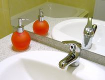 Wasbak en vloeibare zeep Stock Foto's