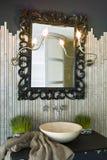 Wasbasin en spiegel Royalty-vrije Stock Foto's