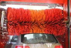 Waschanlage automatisch, rote drehende Bürsten, Wasserspray stockbilder