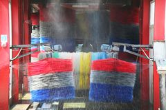 Waschanlage in der Aktion im Stationsservice Stockfotografie
