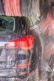 Waschanlage säubert schmutziges Auto stockbild