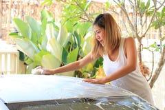 Waschanlage, waschendes Auto der Frau Lizenzfreie Stockfotografie