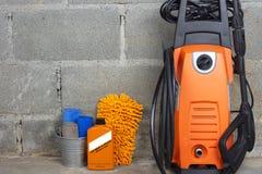 Waschanlageausrüstungs- oder -autoreinigungsprodukt wie microfiber Behälter- und Hochdruckreiniger- und Glasreiniger und Bürste m lizenzfreies stockbild