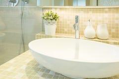 Waschbecken in der beige Luxustoilette stockfoto