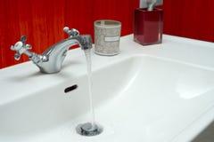 Waschbecken hergestellt vom Chrom Stockbilder