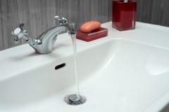 Waschbecken hergestellt vom Chrom Lizenzfreies Stockfoto