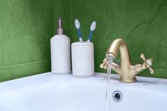 Waschbecken hergestellt vom Chrom Stockbild