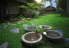 Waschbecken im Hinterhof Stockbild