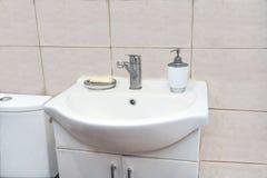 Waschbecken mit einem Kabinett Lizenzfreies Stockfoto