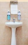 Waschbecken mit einem Papierhandtuch und einer Flüssigseife Stockbilder