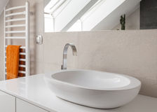 Waschbecken mit neuem Designhahn Stockfotos